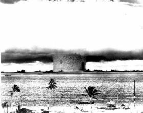 Branduolinio ginklo atsiradimas tarsi uždeda apynasrį karybos vystymuisi, kadangi tas karas tampa toks baisus, kad net neįmanomas.