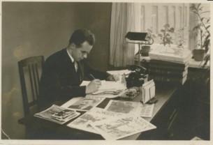 """J. Keliuotis """"Naujosios Romuvos"""" redakcijoje. Apie 1936 m. Maironio lietuvių literatūros muziejus."""